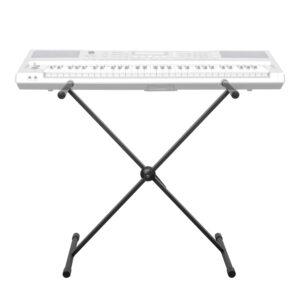 Einstrebig Aus Metall Höhenverstellbar Rutschfeste Gummifüße Schwarz Max. Höhe 89 x 48 cm Max. Tiefe 39,5 x 92 cm Der CASCHA Keyboardständer ist ideal für Zuhause oder die Bühne. Er bietet elektronischen Keyboards, Digitalpianos, Midi-Keyboards oder Synthesizern einen rutschfesten Halt. Der Ständer bietet allen Keyboards einen festen und stabilen Halt, selbst bei längere Sessions. Durch die rutschfesten Gummimanschetten bleibt das Piano oder Keyboard an seinem Platz. Das verhindert auch Kratz-Schäden an Ständer und Instrument. Durch den stufenlos verstellbaren Schnellverschluss kann die Höhe zwischen 39,5cm und 89cm individuell auf jeden Spieler eingestellt werden. Das sorgt für eine ergonomische, angenehme und rückenschonende Spielhöhe sowohl für Erwachsene als auch für Kinder. Aufgrund des verwendeten Materials und seiner Verarbeitung ist der Keyboard-Ständer aus Metall äußerst widerstandsfähig. Die maximale Traglast beträgt dabei 30kg. Das ermöglicht eine lange Nutzungsdauer. Um den CASCHA Digital-Piano-Ständer aufzubauen, braucht es weder Kleinteile, noch Werkzeug. Sobald er ausgepackt ist, wird er einfach aufgeklappt. Ist die gewünschte Höhe festgelegt, wird die Halterung über den Griff des Schnellverschlusses fixiert. Der Transport des Ständers ist genauso einfach wie der Aufbau. Nachdem die Fixierschraube gelöst wurde, klappt man den Keyboard-Stand zusammen. Sollte der Ständer nicht benötigt werden, lässt er sich daher schnell aufräumen.